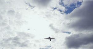 Коммерчески авиалайнер пассажира во время вертикальной надземной эстакады на солнечный день с белыми облаками видеоматериал