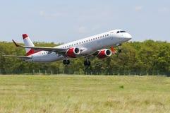 Коммерчески авиалайнер принимая взлётно-посадочная дорожка, двойной самолет пассажира двигателя двигателя Стоковое фото RF