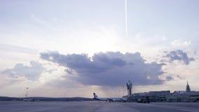Коммерчески автостоянка самолета на авиапорте Коммерчески автостоянка на авиапорте - взгляд со стороны самолета, с конусом движен акции видеоматериалы