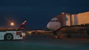 Коммерчески автостоянка самолета видеоматериал