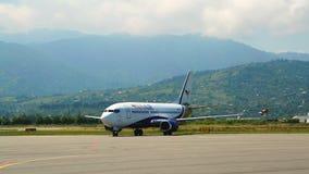 Коммерчески взлётно-посадочная дорожка посадки авиалайнера двигателя, обслуживание транспорта груза, перемещение видеоматериал