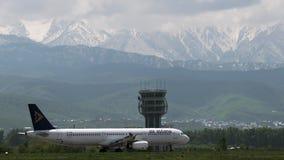 Коммерчески двигатель воздуха Астаны ездя на такси против гор акции видеоматериалы