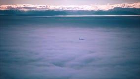 Коммерчески летание авиалайнера над облаками сток-видео