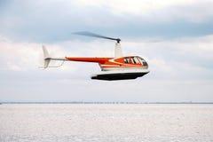 Коммерчески летание вертолета в небе Стоковое фото RF