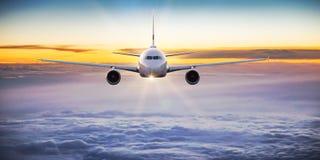 Коммерчески летание самолета над драматическими облаками Стоковая Фотография RF