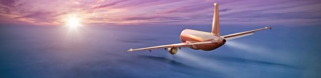 Коммерчески летание самолета над облаками Стоковые Изображения RF