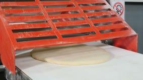 Коммерчески пекарня Машина завальцовки теста Женщина работая на тесте кухни ресторана свертывая через машину o видеоматериал