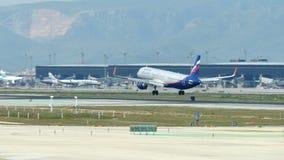 Коммерчески посадка авиалайнера на международном аэропорте Барселоны сток-видео