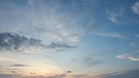 коммерчески посадка самолета 4K в аэропорте в заходе солнца видеоматериал