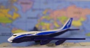 Коммерчески самолет двигателя с международной картой Стоковое Изображение