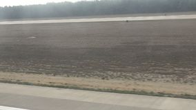 Коммерчески самолет принимая  Ландшафт от плоского окна Вибрации в видео видеоматериал