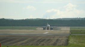 Коммерчески самолет причаливая к авиапорту акции видеоматериалы