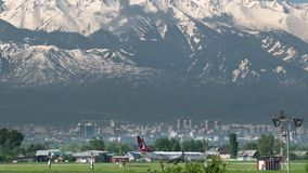 Коммерчески самолет Turkish Airlines ездя на такси против гор акции видеоматериалы