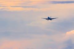 Коммерчески самолет пассажира приходя внутри для приземляться во время beaut Стоковые Изображения