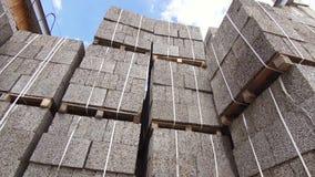 Коммерчески строительный блок склада, деревянные щепки, кирпичи сток-видео