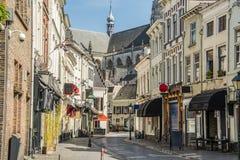 Коммерчески улица в центре города Бреды Нидерландская Голландия стоковые изображения