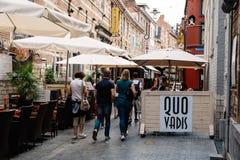 Коммерчески улица с ресторанами в городе лёвена Стоковая Фотография