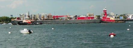 Коммерчески фрахтовщик пропускает через канал гавани Бостона Стоковая Фотография