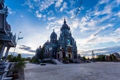 КОММУНА HAILY, HAIHAU, NAMDINH, ВЬЕТНАМ - 9-ое августа 2014 - силуэты католической церкви на заходе солнца Стоковая Фотография RF