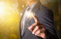 Коммуникационная сеть multichanel нажима бизнесмена онлайн Стоковое фото RF