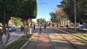 Коммутировать городским пейзажем POV Антальей Турцией декабрем 2018 взгляда трамвая видеоматериал