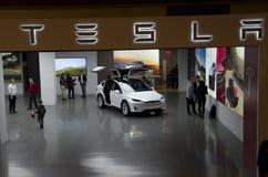 Комната выставки автомобиля Tesla в моле Bellevue Стоковые Изображения