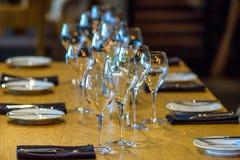 Комната в стиле просторной квартиры в ресторане Деревянные столы с коричневыми софами и стульями На софах подушки цвета Стоковые Фотографии RF
