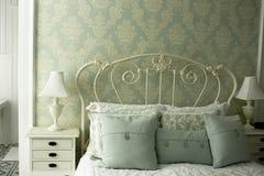 комната гостиницы зеленого цвета завтрака кровати Стоковая Фотография