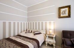 Комната гостиницы или пансиона элегантная стоковое фото