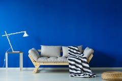 Комната дня Scandi с одеялом стоковая фотография