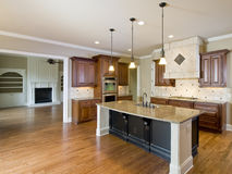 комната домашней нутряной кухни живущая роскошная стоковые изображения