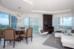 Комната и столовая высокого подъема живущая Стоковые Фото