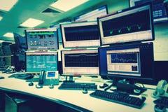 Комната контроля системы ИТ с много контролирует в высокотехнологичном Facilit стоковое изображение