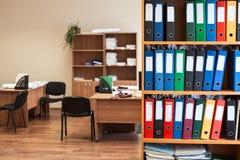 Комната корпоративного офиса с хранением папок цвета как архив, никто стоковая фотография