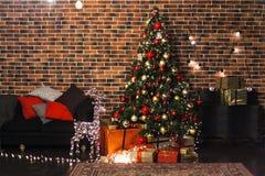Комната красивого рождества живущая с украшенными рождественской елкой, подарками и оленями с накалять освещает на ноче Inte прос стоковое фото rf