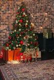 Комната красивого рождества живущая с украшенными рождественской елкой, подарками и оленями с накалять освещает на ноче Inte прос стоковая фотография