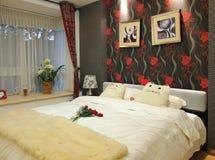 комната кровати живущая Стоковые Изображения RF