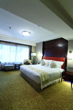 комната кровати живущая Стоковая Фотография