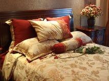 комната кровати цветастая живущая Стоковое фото RF