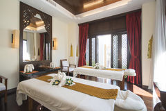 Комната курорта с лебедями полотенца на кровати Стоковая Фотография