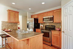 Комната кухни в коричневых и белых цветах Стоковое фото RF