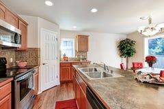 Комната кухни в коричневых и белых цветах Стоковое Изображение RF