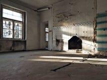 Комната кухни в получившейся отказ вилле стоковые фотографии rf