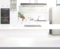 Комната кухни столешницы и нерезкости предпосылки стоковое фото rf