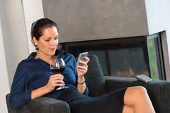 Комната мобильного телефона коммерсантки женщины texting живущая Стоковая Фотография RF