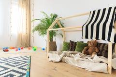 Комната младенца с зелеными акцентами стоковые фотографии rf