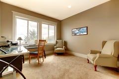 Комната нового дома домашнего офиса большая. стоковые фото