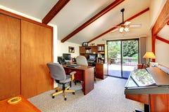 Комната офиса просторной квартиры с палубой выхода Стоковое Фото