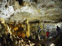 Комната пещеры, сталактиты сталагмитов Стоковые Изображения