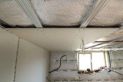 Комната под конструкцией с серебряной алюминиевой фольгой изоляции и гипсокартон на стенах и потолке стоковые фотографии rf